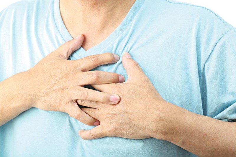 Có tiền sử bệnh tim mạch bị khó thở, đau tức ngực phải làm sao
