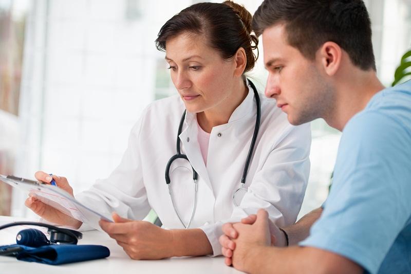 Khám lâm sàng là bước đầu tiên trong quy trình tầm soát ung thư dạ dày